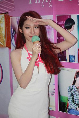 Khổng Tú Quỳnh trong buổi họp báo ra mắt MV Cảm giác yêu