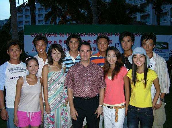 Trương Tiêu Tiêu (thứ hai bên trái) cùng đoàn làm phim Mùa hè của Vy Lạp